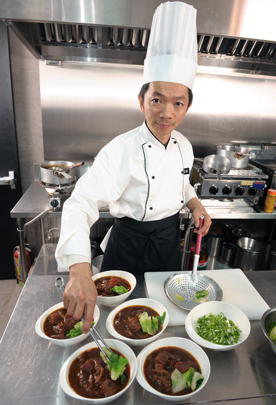 Chef Hou Chung-sheng with his prize-winning beef noodle soup. (Photo courtesy of the Taipei Economic and Cultural Office)