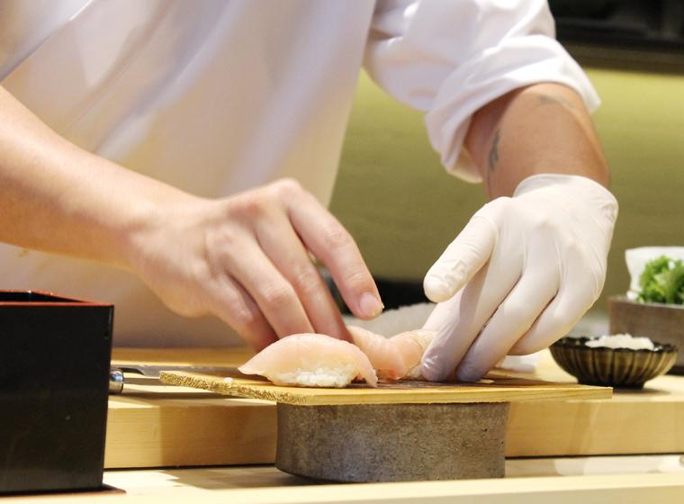 Chef Yu forming nigiri.