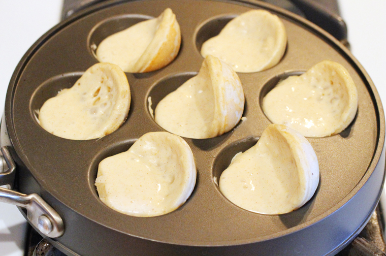 As the bottoms start to firm up, start rotating the aeblesiver using a teaspoon and wooden skewer.