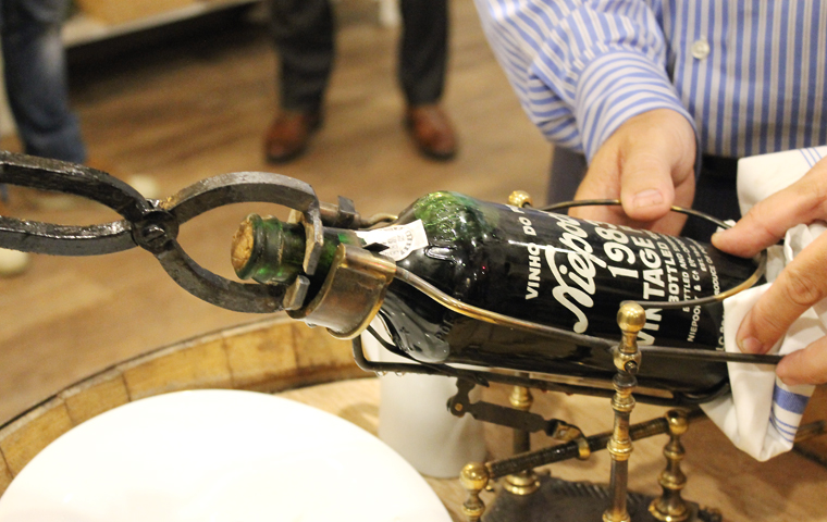 Hot pincers applied to the neck of the bottle.