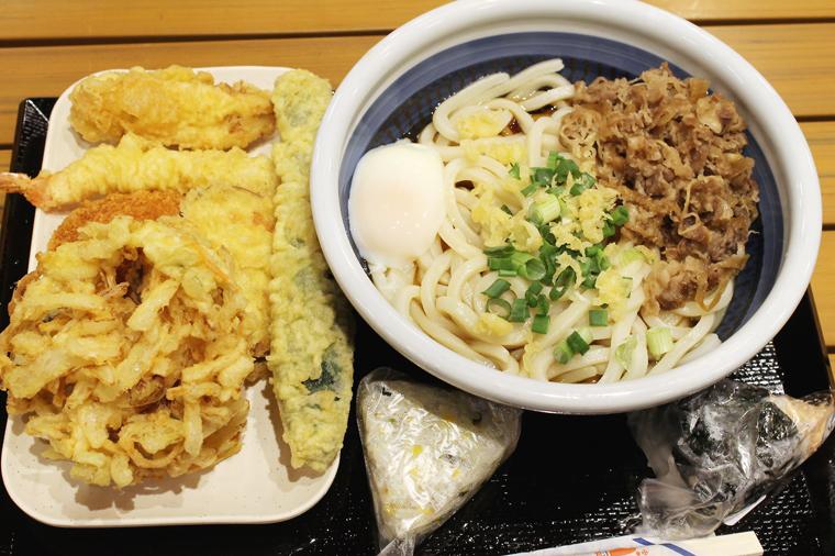 Nikutama udon with various tempura.