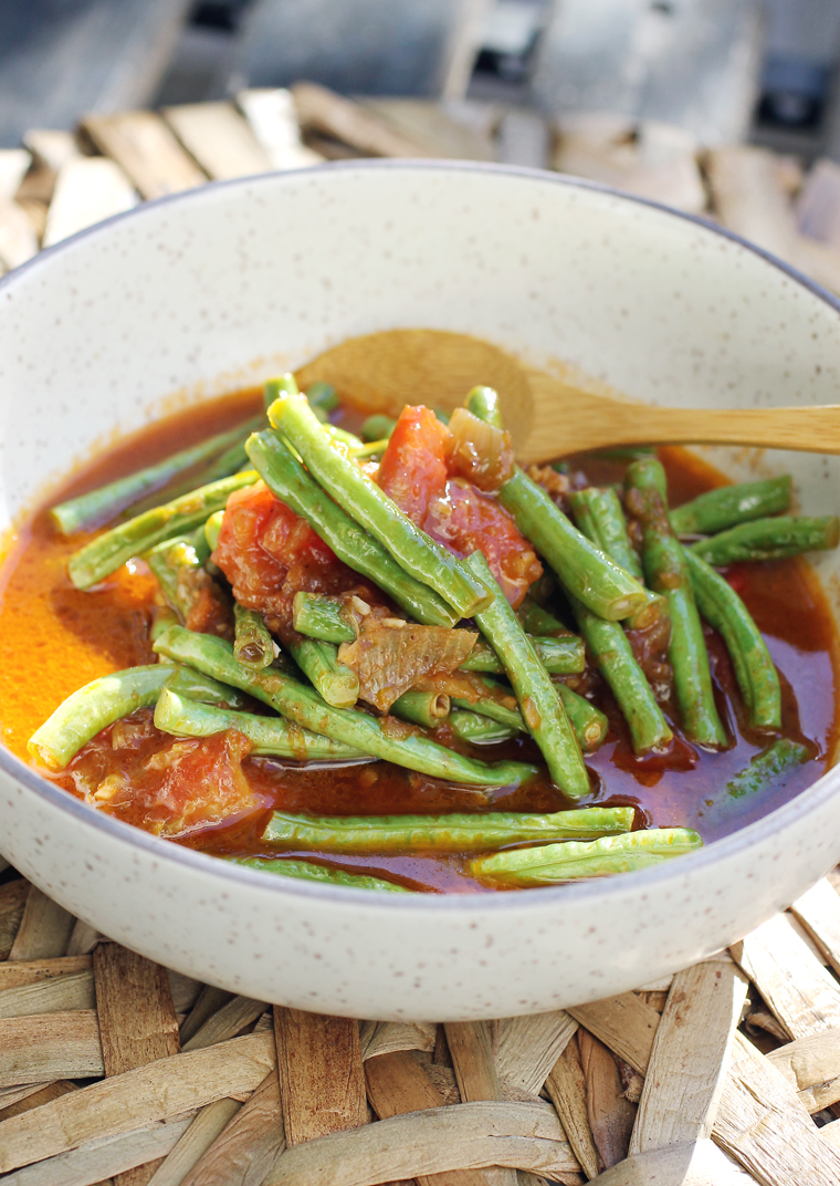 Long beans in a saucy dish of tomatoes, smoked paprika, garlic and shallots.