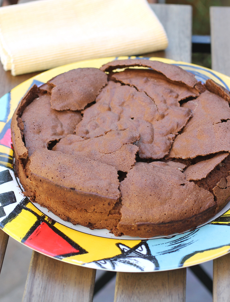 Yes, this is the way this chocolate and olive oil cake is supposed to look.